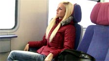 Blonde amateur fait avec un étranger dans le train toilettes