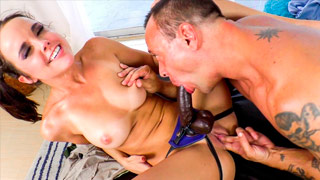Dillion Harper e Kurt Lockwood em uma cena de sexo bissexual