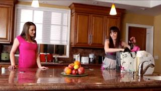 Dana DeArmond y Dani Daniels follando entre ellas con un arnés