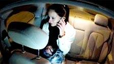 Ein Taxifahrer zeigt seine behaarte Pussy Sperma auf Enza