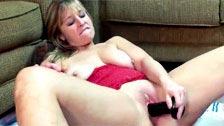 La madura Liisa masturbandose en el suelo con un consolador