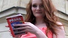 A Ginger la convencen con dinero para hacer sexo en un parking