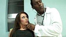 A Doctor preto vai curar Lindsey Olsen com seu grande galo