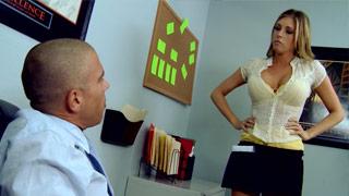 Samantha Saint follando con su jefe en el despacho del restaurante