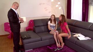 Sophie Lynx y Nisha abusan de su profesor particular