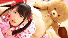 Hikari Matsushita tomar um pó com o seu urso de peluche favorito