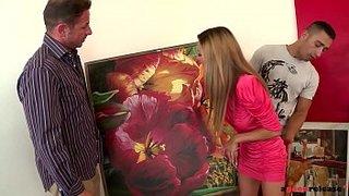 Właściciel galerii sztuki i jego asystent shagging Alice Romain