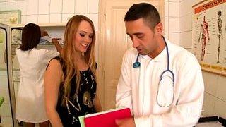 La enfermera Katia De Lys, el doctor y Blue angel follan juntos