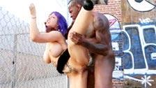 Larkin Love follada por su profesor de aerobic en la calle