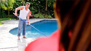 La viciosa Abby Cross seduce al limpiador de su piscina