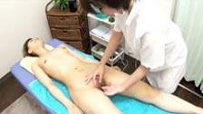 Chisato e Mika fazendo sexo lésbico após uma massagem terapêutica