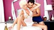 El deseado encuentro romántico con champan para la madura Niki