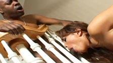 Renae Cruz perfurado pela galo negro no meio de uma mansão