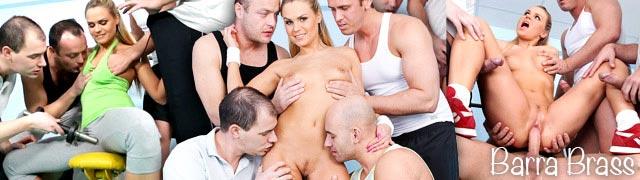Quatro homens fodendo loira no ginásio Barra de latão