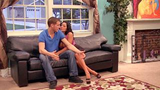Sienna West moviendo sus melones mientras es follada en el sofá