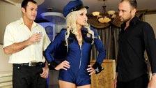 La policía Alexandra Cat pasando un control rutinario a dos hombres