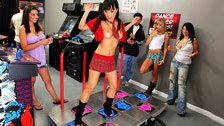Asa Akira dançando Dance Dance Revolution na loja de games