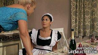 Brandy Smile castiga a su criada Connie con unos consoladores