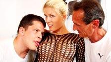 Nikola atuando como esposa mimada e fodendo outro cara