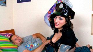A espanhola Lulu Pretel vestida como uma policial e fodendo com Terry Reid