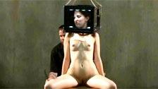 Bonnie Day torturada com uma caixa de asfixia na cabeça