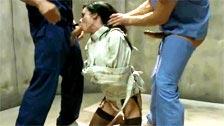 Veronica Avluv recibe abusos de todos los hombres del psiquiátrico