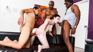 Jennifer White jodiendo en un gangbang rodeada de negros enormes