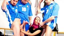La árabe Akila Bouachir follada en el vestuario de unos futbolistas