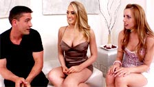 As namoradas Kagney Linn Karter e Lexi Belle, compartilhando porra