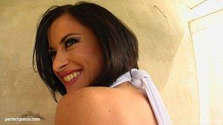 Cecilia Vega afronta una doble penetracion en este trío sexual