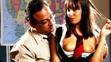Nadia Aria seduce il suo insegnante di geografia e scopa in classe