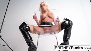 Britney Amber masturbándose sentada en un estudio fotográfico
