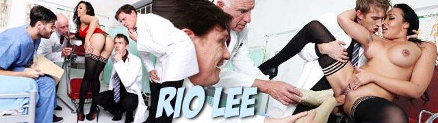 Certains médecins prélèvent des échantillons de la belle femme latine appelé Rio Lee
