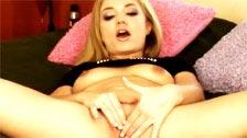 Lexi Daniels usa un anillo vibrador para masturbar su coño ardiente