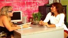 Mikela Kennedy y Wanda Lust, gozan como perras en la oficina