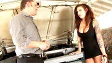 El mecánico Alex Knight follando con Mason Moore sobre su coche