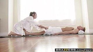 La experta en masaje nuru Giselle Leon hace un buen trabajo con Bill Bailey
