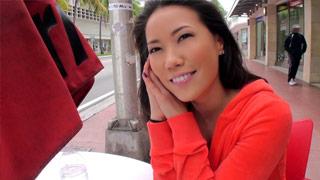 La asiatica Lily Ocean abordada en la calle para proponerla follar
