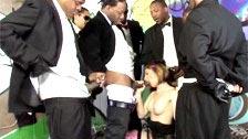 Allison Wyte effectue un bukkake avec un groupe de panthères noires
