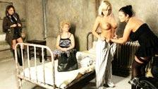 Adriana Russo abusada por várias mulheres em sua cela