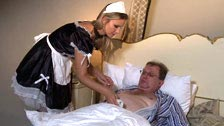 Samantha Jolie masturba il suo vecchio capo costretta a letto