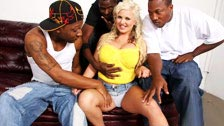 Um grupo de negros fodem a loira peituda Andi Anderson