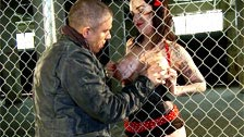 La fille de pin-up Emily Parker baise avec Mick Blue dans une usine sale