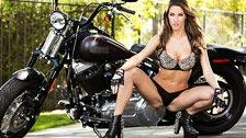 Kortney Kane faz um striptease ao lado de uma moto