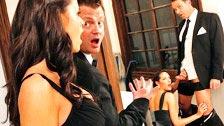 La dama de honor Kortney Kane folla con el padrino de la boda