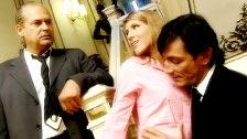 Jennifer Stone jodiendo en un palacio con un tipo y su jefe