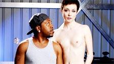 Un negro bajito jodiendo a la delgada Zoe Voss en un garaje