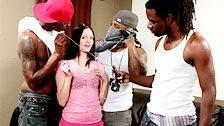 La joven Angelina Black acude al ghetto a mamar pollas negras