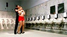 Sádico sexual tortura y encula a Savannah Fox en unos baños