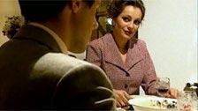 Laure Sainclair daje głowę do gości podczas kolacji